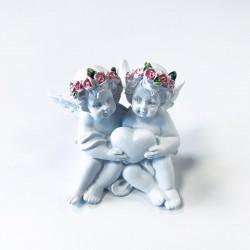 Figura Querubín Corona de rosas cogiendo el corazón